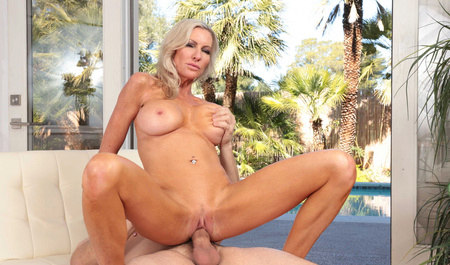 Mature blonde fuck with a friend during lunch